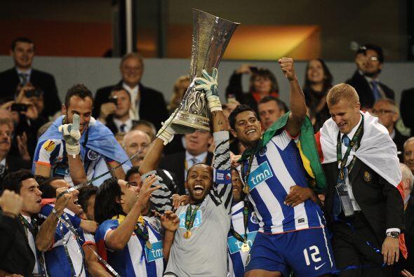El arquero Helton, capitán del Oporto, recibió el trofeo.
