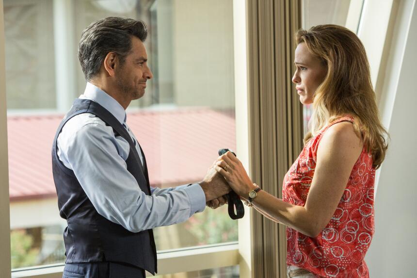 """Eugenio Derbez, izquierda, y Jennifer Garner en una escena de """"Miracles..."""