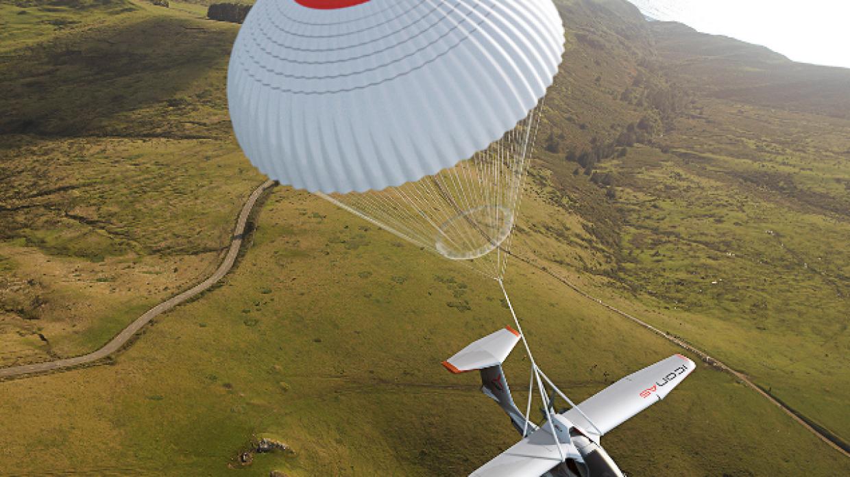 El monomotor A5 de ICON Aircraft con el paracaídas de seguridad.