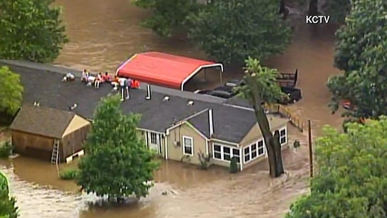 Grandes inundaciones dejan Kansas City sumergida bajo el agua