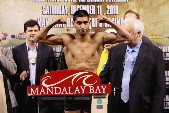 El campeón mundial Khan detuvo la báscula en 140 libras.