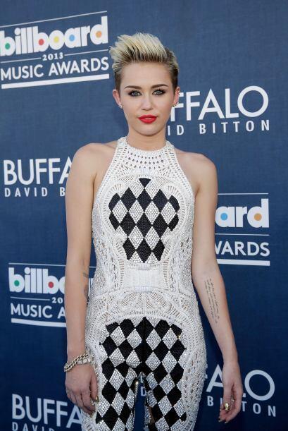 Miley Cyrus realmente brilló y deslumbró a todos al llevar la moda geomé...