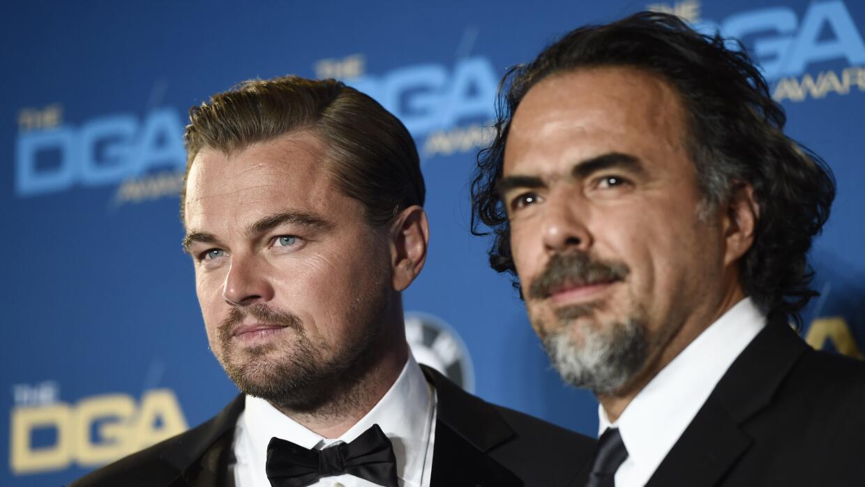 Alejandro González Iñárritu, acompañado por...