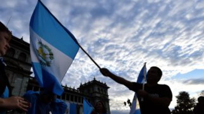 Los guatemaltecos celebraron la renuncia en las afueras del Palacio Pres...