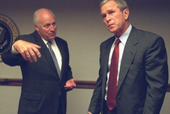 El presidente y el vicepresidente en el PEOC. (Imagen del Archivo Nacion...
