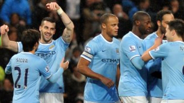 El español Negredo era felicitado por su compatriota 'Chino' Silva y por...