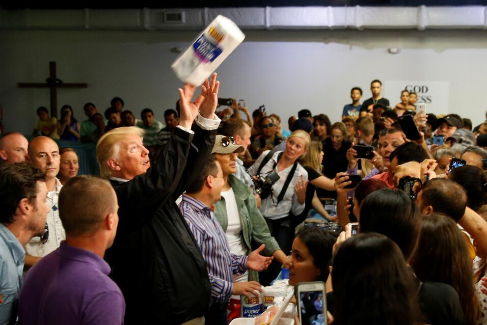 Donald Trump en un evento en Puerto Rico lanza papel absorbente a los as...