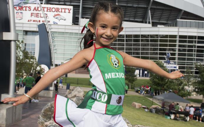 Los fanáticos de México se visten de fiesta en la jornada de la Copa Oro...