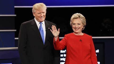 Donald Trump y Hillary Clinton saludan al público antes del debat...