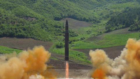 Se desconoce si el misil probado este viernes es un Hwasong-14, el mismo...