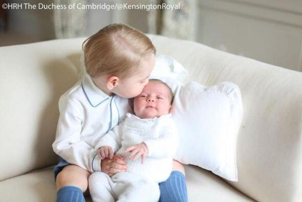 Y un besito a su hermanita... ¡Nos morimos de tanta ternura!