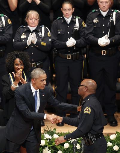 President Barack Obama, saluda al jefe de la policía de Dallas, David Br...