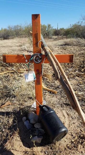 Un altar por un indocumentado muerto en la frontera.