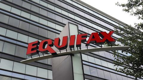 Un logotipo de la empresa Equifax en sus oficinas en Atlanta, en esta fo...