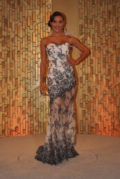 Gabriela de Venezuela se vio elegante en este modelo 'black & white'.
