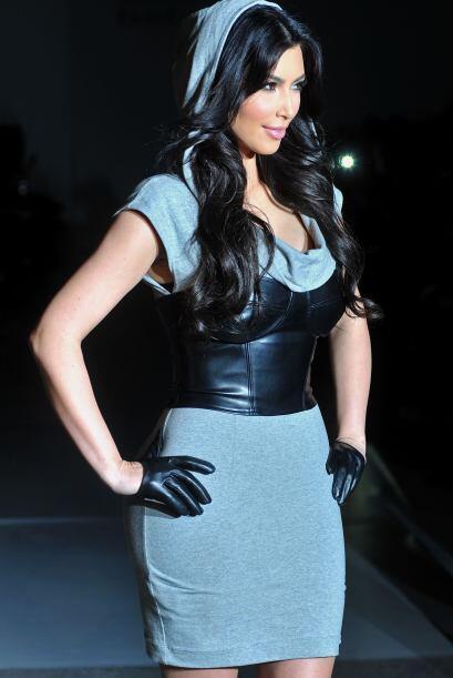 Ese gorrito la hizo ver muy mal en un desfile de moda.Mira aquí los vide...