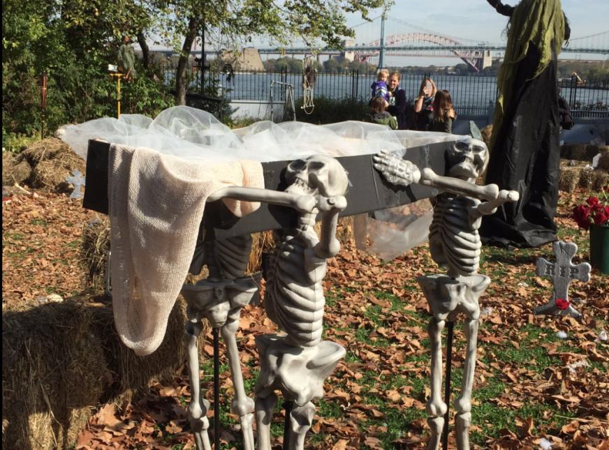 De lejitos algunos observaban a los esqueletos que cargaban un ataúd com...