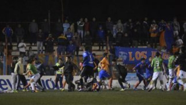 El conato se dio entre los jugadores de Deportivo Roca y futbolistas del...