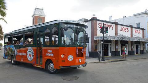 El tranvía Old Town pasea a visitantes cerca del bar Sloppy Joe's...