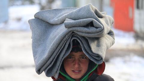 Un niño sirio caminaba este sábado 28 de enero en un campo de refugiados...