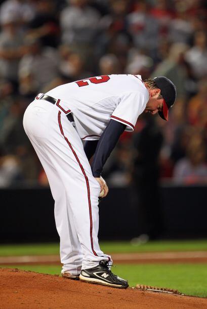 Derek Lowe de los Braves lamenta la eliminación.