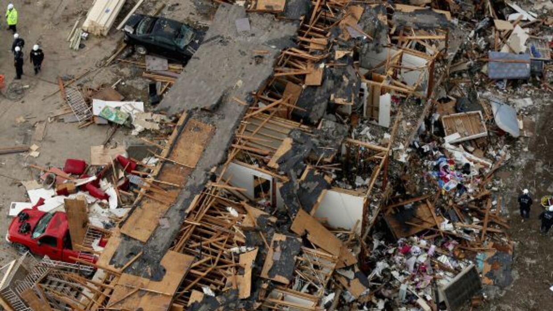 Rescatistas continúan con la búsqueda de posibles sobrevivientes bajo lo...