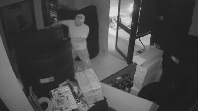 En video: Dos sujetos ingresan a un negocio para robar llantas de vehículos y otros objetos