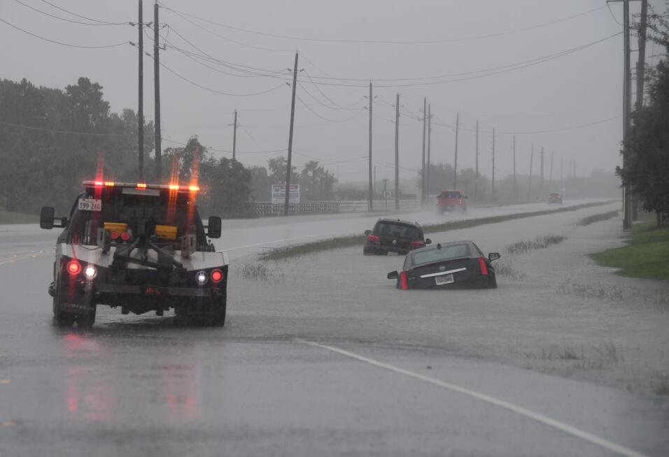 Varios vehículos atrapados en la inundación de la autopista Interestatal...