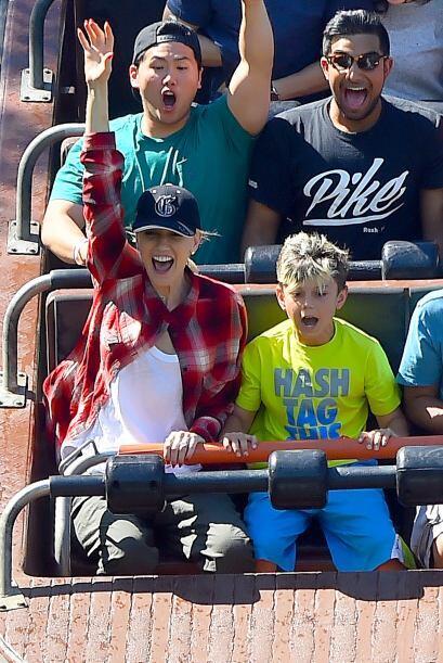 La cantante pasó un día maravilloso en Six Flags junto a sus tres retoño...