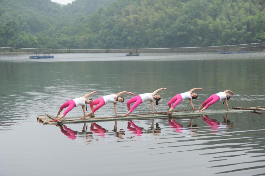 Yoga en un lago