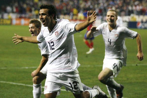 El defensa Jonathan Bornstein celebra su gol con la Selección de Estados...