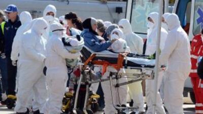 Personal médico lleva en una camilla a una mujer y su pequeño hijo resca...