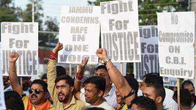 Ciudadanos de India protestan tras la violación y asesinato de un...
