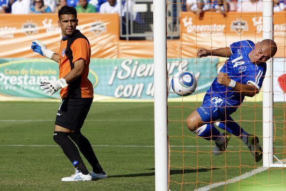 Denis Alas sacó este balón con la mano, el cual significaba el gol del t...