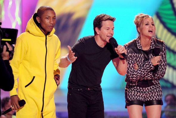 Mark acompañó a Pharrell y Kaley en el escenario. Mira aquí los videos m...