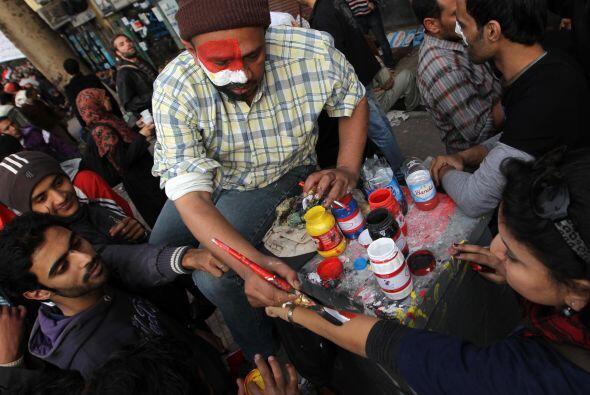 Un grupo de partidarios de Mubarak se reunió en una plaza cercana e inte...