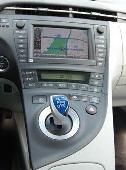 La consola central integra una pantalla de LCD mediante la que se operan...