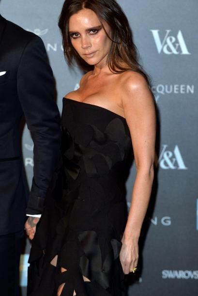 Victoria Beckham eligió un clásico; vestido negro con detalles perforado...