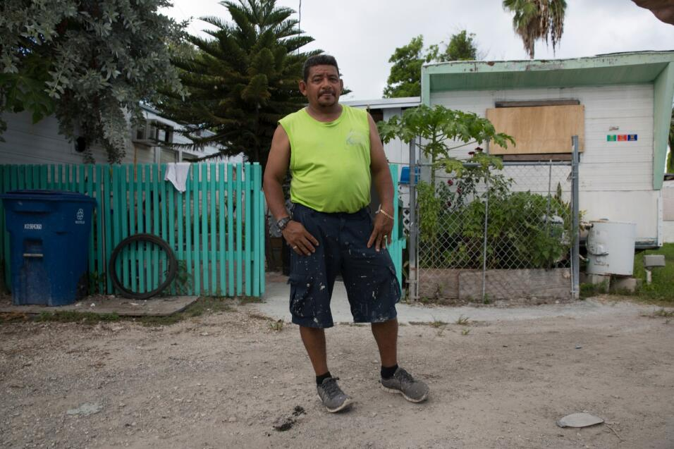 Goff, un inmigrante hondureño, tiene listas dos bolsas de basura con su...