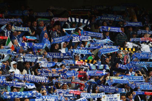 El inmueble se llenó de fanáticos portugueses, por un lado la afición de...
