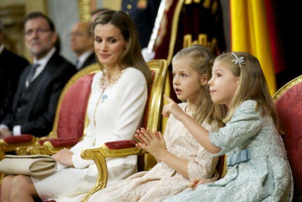 Sin embargo algunas miradas y reprimendas silenciosas de la reina indica...