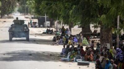 Una tanqueta del ejército nigeriano patrulla Bama, un pueblo del noreste...