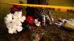 Flores y velas en memoria a las 10 víctimas mortales del tiroteo en la s...
