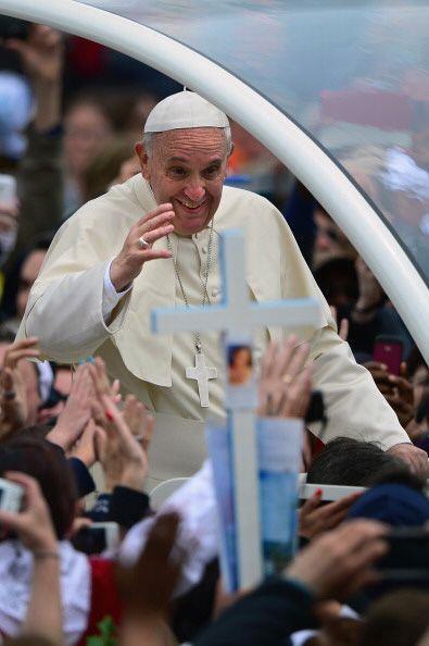 Fiel a su costumbre, el pontífice iba repartiendo sonrisas y bendiciones.
