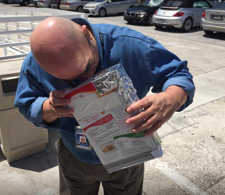 Daniel Lastra, periodista de Univision Miami, tomó una caja desocupada d...