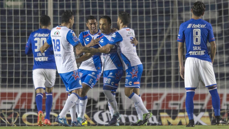 Francisco Torres (centro) marcó dos goles en par de minutos para Puebla.