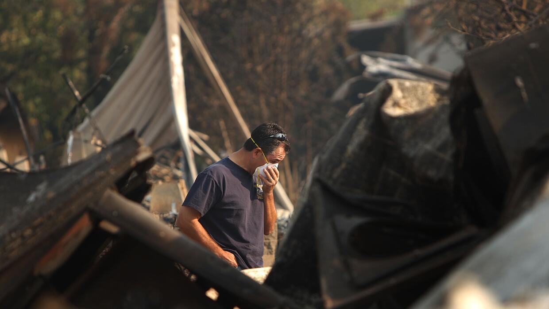 Un residente de Fairbooks, California, protege sus vías respiratorias tr...