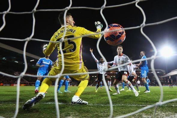 Londres, Inglaterra - 03 de febrero: Hugo Rodallega del Fulham anota el...