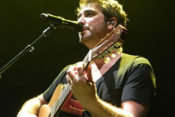 Antono Rozco acompañó a Juanes al cerrar el concierto.