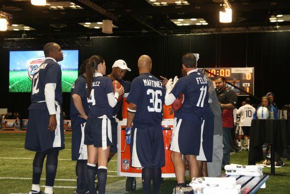La Conferencia Nacional recibiendo indicaciones de su entrenador Reggie...